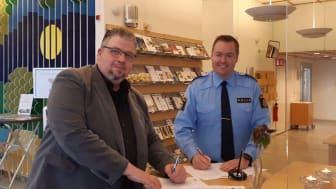 Här undertecknas det nya medborgarlöftet i Svalövs kommunhus. Från vänster i bild: Teddy Nilsson (SD), kommunstyrelsens ordförande, och Niklas Årcén, lokalpolischef i Lokalpolisområde Klippan.