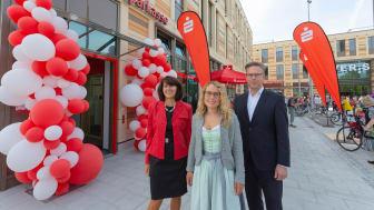 v.l.: Vertriebsvorstand Marlies Mirbeth, Regionalleiterin Jacqueline Karl und Vertriebsdirektor Christian Eppelein