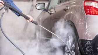 Tvätta bilen på en biltvätt eller tvätthall så rinner inte olja, giftiga tungmetaller och asfaltsrester rakt ut i våra vattendrag, sjöar och hav.