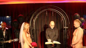 Caroline och Robin från Skåne gifter sig framför Ian Haugland i Rockklassikers Nakna Bröllop