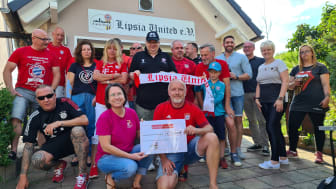 Mitglieder des Fanclubs übergeben ihre Spende an Kerstin Stadler von Bärenherz