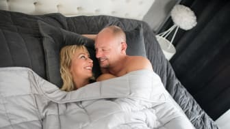 Tyngdtäcken kan frisätta det kroppsegna hormonet oxytocin som ökar trygghetskänslan och får oss att slappna av och komma till ro.