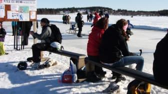 Underlaget på den populära isbanan vid Norrstrand har farit illa i vårsolen och banan stängde under torsdagen. Foto: Piteå kommun