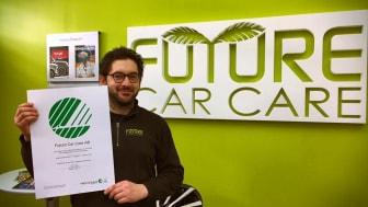 Alex Ghanati, VD Future Car Care AB visar upp sin Svanen-certifiering