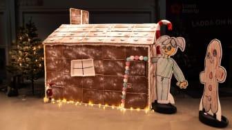 Cramon joulukampanjassa toteutettiin epätavallinen rakennusprojekti, kun ekaluokkalaisen Astan suunnittelema suuri piparkakkutalo rakentui vuokrakonekaluston avulla.