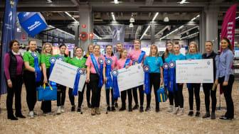 Vinnarna Dalby Ryttarförening (rosa), andraplats Gävle Ponnyklubb (grönt) och på tredjeplats Malung-Sälens Ridklubb (blått).