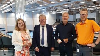 Kvartetten som invigde Mälarenergi Arena genom att klippa ett band av innebandybollar. Från vänster: Vicki Skure-Eriksson (C), Anders Teljebäck (S), Fredrik Svensson, vd Arvid Svensson/Rocklunda Fastigheter, Niklas Gunnar, vd Mälarenergi.