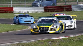 Janne Brunstedt (98) kör mot totalseger i GTA. Prins Carl Philip (i den blåa bilen) blev totaltvåa i GTB