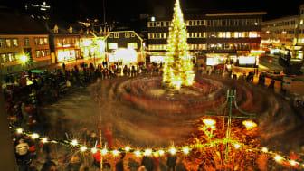 Walk around the Christmas tree in Tromsø - Photo - Yngve Olsen Saebbe_www.nordnorge.com.jpg
