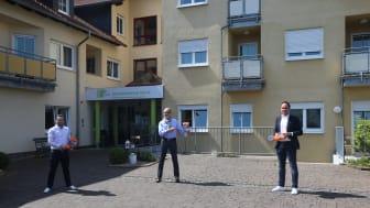 Übergabe der ersten Tablets: Der Hephata-Spendenbeauftragte Sebastian Nicolai (links) und Kommunikationsleiter Johannes Fuhr (rechts) haben Hermann-Josef Nelles, Geschäftsführer der Tochtergesellschaft hsde, 15 Geräte für die Videotelefonie gebracht.