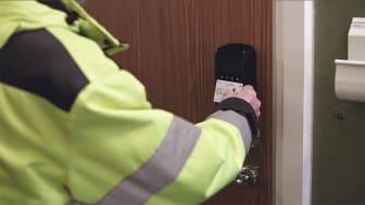 ID06 Smartlås monteras på kundens dörr. Därefter låser hantverkaren upp dörren med sitt ID06-kort. Foto: Karolina Rosenqvist