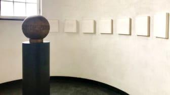 Dag Erik Elgins utstilling har Vigelands urne som omdreiningspunkt. Han tar utgangspunkt i blant annet Vigeland ufullende verker og samstiller Vigelands verker med egen kunst. (Foto: Vigelandmuseet)