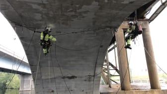 Reparbetare utför broinspektion