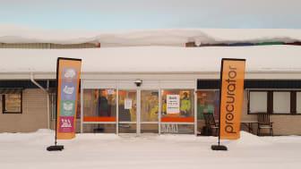 I den icke-virtuella världen finns Procuratorbutiken i Örnsköldsvik på Skortsedsvägen 7A.