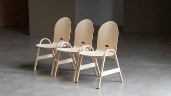 Åke Axelsson har formgivit stolen Allround där namnet säger allt, det här är en universalstol för konferens, kyrkor eller konserter. Den lätthanterliga & platseffektiva stolen kan travas & sedan flyttas i en rak trave på en specialkonstruerad vagn.