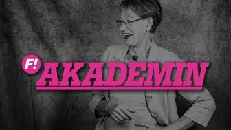 """Syntolkning: Foto på Gudrun Schyman med """"F! Akademin"""" i rosa text framför"""
