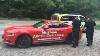 Knut og Henrik satte verdensrekord med sportsbilikonet Ford Mustang. Her i Kragerø kommune etter at tanken var gått tom.