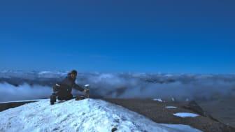 Stationsledaren Annika Granebeck mäter höjden på toppen den 14 augusti 2021. Foto: Erik Schytt Mannerfelt.