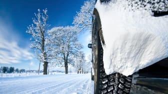 Winter- oder Allwetterreifen sollten bei winterlichen Straßenverhältnissen dringend aufgezogen sein, um Unfälle nicht grob fahrlässig zu riskieren.
