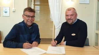 Glada miner när förnyat samarbetsavtal undertecknades mellan Övertorneå kommun och Utbildning Nord. Frän vänster Börje Rytiniemi, ordförande för Barn- och utbildningsnämnden i Övertorneå och Leif Lahti, direktör Utbildning Nord