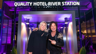 Hotelldirektør Anne-Margrethe Tveit og grunnlegger av Nordic Choice Hotels Petter A. Stordalen feiret at Quality Hotel River Station endelig er åpnet.