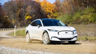 Mach-E har kørt 500 km på grusveje for at teste holdbarheden af bilens lakering, når den rammes af småsten.