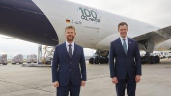 v.l.n.r.: Peter Gerber, CEO Lufthansa Cargo und Jochen Thewes, CEO DB Schenker