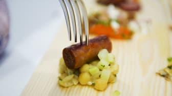 Kryddig lammkorv med stomp på gula ärter, gurka med mynta, lime och olivolja #svenskchark