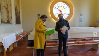 Bischöfin Beate Hofmann und Hephata-Vorstand Maik-Dietrich Gibhardt bereiten den Einsegnungsgottesdienst in der Hephata-Kirche vor.