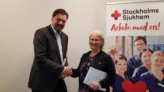 På bilden ovan ses Fredrik Wångberg, CEO Strikersoft och sjukhusdirektör Karin Thalén i samband med att avtalet signerades.