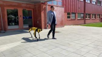 Klipp: professor George Nikolakopoulos och gående roboten Spot