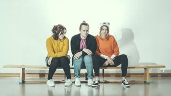 Nya bidragsmottagare är Banditsagor, en turnerande teatergrupp som spelar för barn och unga i hela Skåne. Malin Molin, Oskar Stenström och Sanne Ahlqvist Boltes spelar i föreställningen Hemligt. Foto: Alexander Tenghamn