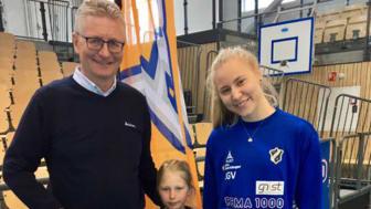 Knut Sandsmark i Bilia overrekker sjekk på 43.200,- i pausen på Nadderud.