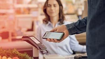 Im Supermarkt mit dem iPhone und Apple Pay bezahlen.