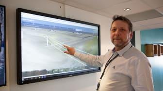 Her viser kvalitetsleder i Eidsiva Nett, Jan Brede Knutsen hvordan de klarer å holde oversikt over strømnettet ved hjelp av digitale kart.