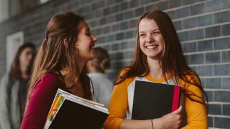Gustav Fridolin föreslår att skollagen ska garantera elever rätt till läromedel.