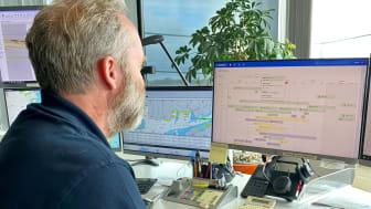 Andreas Berne, trafikplanerare på Port Control, jobbar nu i Allberth och tycker att den största fördelen är att den är delbar med kollegor på lotsplanering och Klippans båtmansstation vilket underlättar hela informationsflödet. Foto: Susanne Hansson