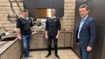 Fra venstre: Daglig leder Bjørn Helge Anuglen i Montér Stord, årets selger i Optimera Vegard Hvidevoll og adm. dir. Erik Tønnesen i Optimera.