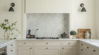 Kombination af messing, stål og Carrara-marmor
