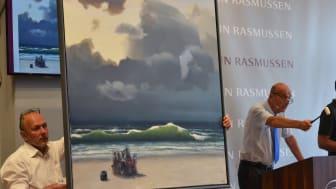 """Jesper Bruun Rasmussen svinger hammeren over værket """"Den grønne bølge II"""" under auktionen i København."""