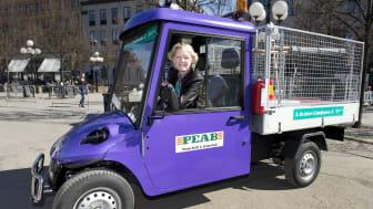 Trafikborgarråd Ulla Hamilton (M) i cykeljourens elbil. (Foto Sven Lindwall)