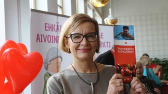 Sydänliiton puheenjohtaja, ministeri Paula Risikko opasit verenpaineen omaseurantaa Helsingin sydänmessuilla  24.9.2016.