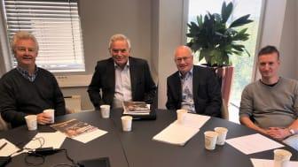 Tre rådgivere og en jurist i Økonomitelefonen for pensjonister. Fra venstre Rune Pedersen, jurist Just Finne, Carsten O. Five og Kent Øksnes. Telefonen har også to kvinnelige rådgivere.