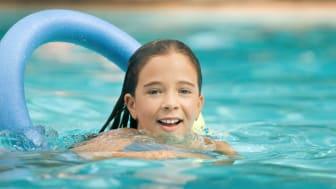 barn i svømmehal.JPG