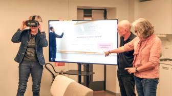 Barbro Bruce testar VR-glasögonen och kan växla mellan lärarstudentens och barnets perspektiv, samt ett neutralt.