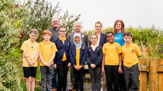 ng homes Chair John Thorburn and ng homes Board member Richard Porter with Project Coordinator at Winning Scotland Foundation Mhari Borland, Principal Teacher of Barmulloch Primary School Lynn Miller, and pupils of Barmulloch Primary School