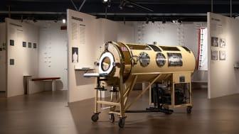 En slik tankrespirator fra 1950-tallet ble bl.a. brukt av poliopasienter. De som ble lammet i pustemuskulaturen, måtte ha hjelp til å puste. De kunne ligge inne i jernlunga, der trykket ble regulert. Foto: Håkon Bergseth/Teknisk Museum