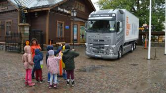 Med hjälp av en lastbil utanför huset får barnen en möjlighet att förstå vikten av att ha kontakt med förare och hur man syns bäst. Bild får användas fritt redaktionellt - Foto: Fabian Bengtsson