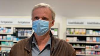Jeg opplever selv at det er trygt å gå på apoteket, men nå for tiden bruker jeg alltid munnbind, sier Per T. Lund, farmasøyt og administrerende direktør i Apotekforeningen.