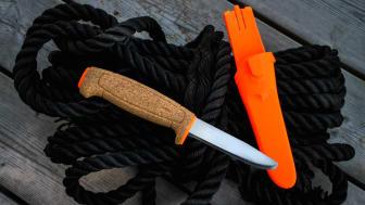 Flytande kniv med tandad egg som är utmärkt för fiske, friluftsliv och arbete på sjön.